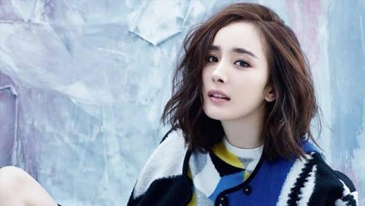 Bà mẹ một con này bắt đầu gia nhập ngành giải trí khi mới 3 tuổi và thủ vai công chúa nhỏ trong phim Đường Minh Hoàng. Năm 6 tuổi, cô còn xuất hiện trong tác phẩm Võ Trạng Nguyên Tô Khất Nhi.
