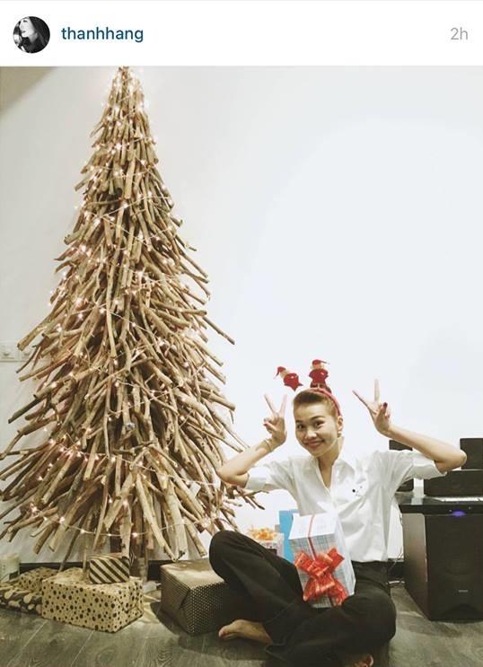 """Thanh Hằng lại hóa """"cô tuần lộc"""" xinh xắn tạo dáng nhí nhảnh bên cây thông Noel bằng gỗ lạ mắt. Mặc dù đã bước qua tuổi 33 nhưng mĩ nhân V-biz vẫn trẻ trung, rạng ngời hệt như gái xuân thì. - Tin sao Viet - Tin tuc sao Viet - Scandal sao Viet - Tin tuc cua Sao - Tin cua Sao"""