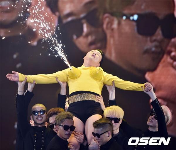 """Màn biểu diễn phản cảm mang về cho Psy không ít """"gạch đá"""""""