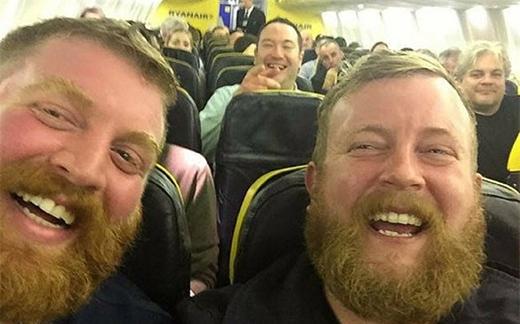 Hai người đàn ông xa lạcó khuôn mặt giống nhau như đúc trên một chuyến bay của hãng hàng không Ryanair.