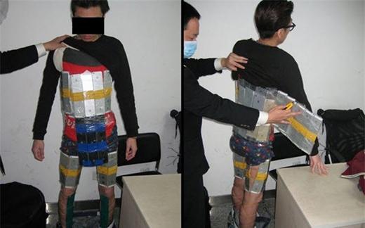 Một người đàn ông cuốn 94 chiếc iPhones quanh người để buôn lậu từ Hong Kong vào Trung Quốc đại lục nhưng bị hải quan phát hiện.