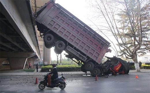Chiếc xe tải mất lái lao khỏi cầu vượt ở thành phố Công Minh, Trung Quốc. May mắn, không ai bị thương trong vụ tai nạn.