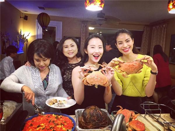 Người đẹp Việt Nam cũng lần đầu đón Noel xa quê hương. Dù vậy, cô vẫn có một Giáng sinh hạnh phúc và ấm áp bên bạn bè. - Tin sao Viet - Tin tuc sao Viet - Scandal sao Viet - Tin tuc cua Sao - Tin cua Sao