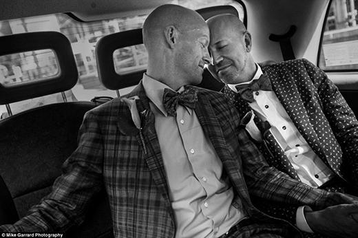 Howard và Roy đã du hành hơn 5.600km từ New York tới Anh để có thể kết hôn cùng nhau. (Ảnh: Mike Garrard)