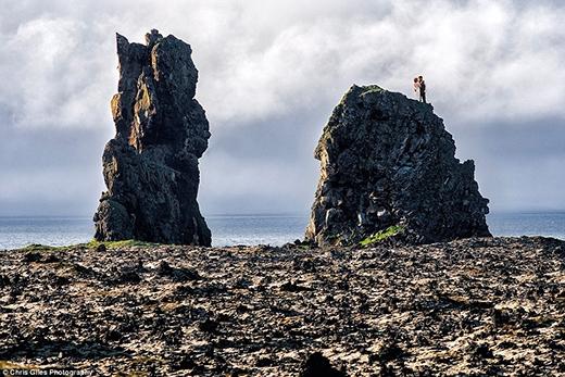 Khung cảnh kì vĩ là thành quả của 45 phút trèo lên đỉnh vách đá của đôi vợ chồng son này. (Ảnh: Chris Giles)