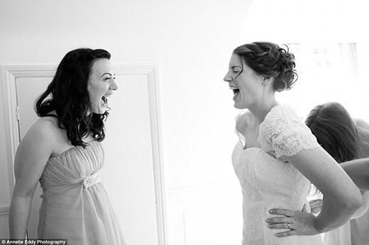 Những giọt nước mắt hạnh phúc và tiếng cười sung sướng được gói gọn trong một tấm hình. (Ảnh: Annelie Eddy)