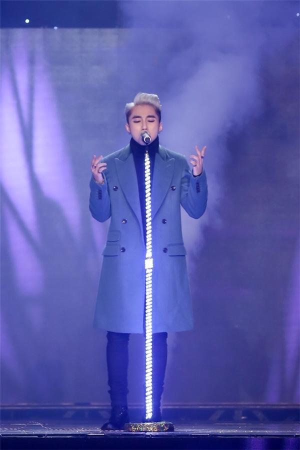 Cuối năm 2014 đầu năm 2015, Sơn Tùng chính thức xuất hiện trên sân khấu Hòa âm Ánh sáng với vai trò một thí sinh. Đến với sân chơi này, Sơn Tùng đã có sự đầu tư chỉn chu cả về chuyên môn âm nhạc lẫn phong cách thời trang.