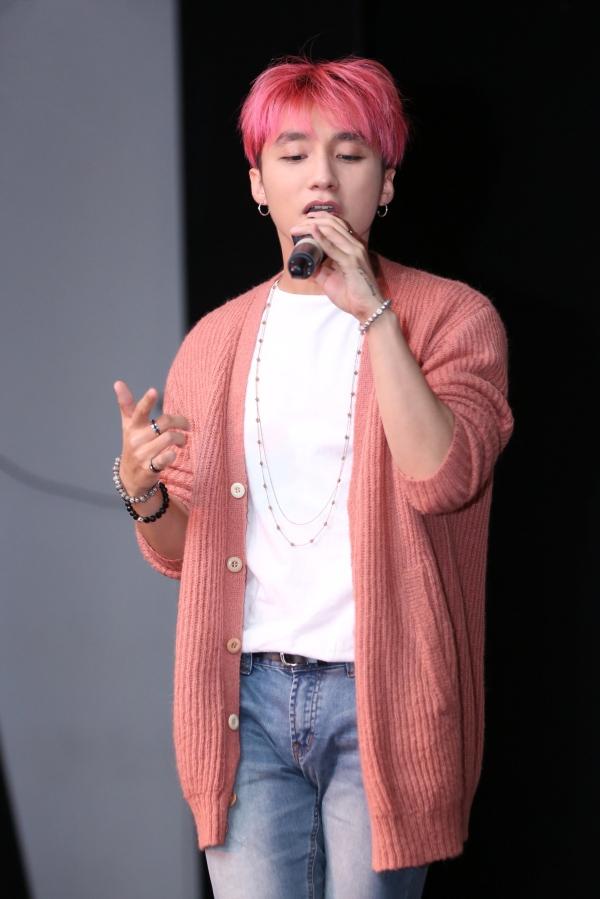 Gần đây nhất, Sơn Tùng chọn màu tóc hồng cam khi xuất hiện trong MV mới Buông đôi tay nhau ra. Cũng từ dự án này, phong cách thời trang của Sơn Tùng đã có sự thay đổi rõ rệt với sự giúp sức của Hoàng Ku.