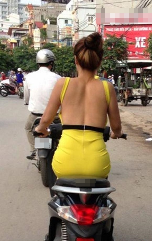 Ngoài phản cảm cô nàng này con vi phạm cả luật giao thông... (Ảnh: Internet)