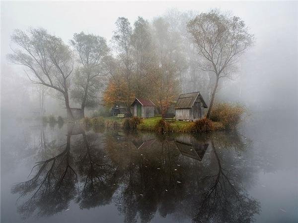 Ngôi nhà trongmù sương ở một ngôi làng (Hungary).