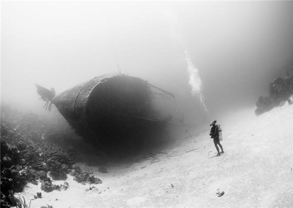 Một thợ lặn chiêm ngưỡng chiếc tàu đắm ở vùng biển Ca-ri-bê.