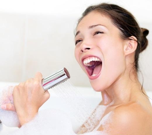 Giọng hát trong phòng tắm sẽ vang và sâu hơn. (Ảnh: Internet)