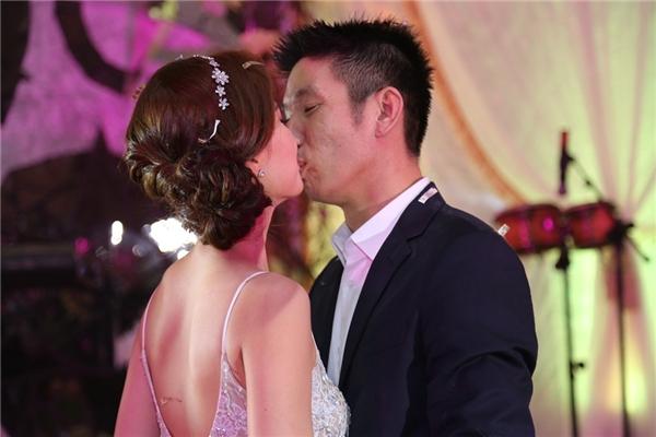 Hai vợ chồng liên tục dành cho nhau những nụ hôn nồng cháy, mãnh liệt - Tin sao Viet - Tin tuc sao Viet - Scandal sao Viet - Tin tuc cua Sao - Tin cua Sao