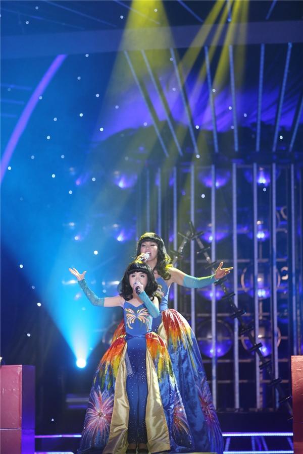 Trang Thư và Thúy Uyên hóa thân thành Katy Perry với bài hát Firework. - Tin sao Viet - Tin tuc sao Viet - Scandal sao Viet - Tin tuc cua Sao - Tin cua Sao