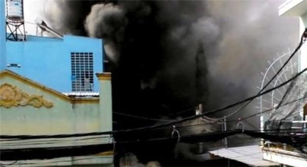 TP.HCM: Cháy lớn, thiêu rụi cơ sở cơ khí cùng một cửa hàng