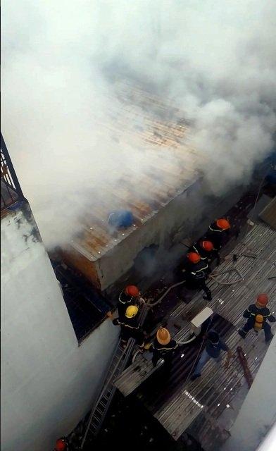 Lực lượng PCCC quận Bình Tân, Tân Phú huy động phương tiện đến hiện trường dập lửa.