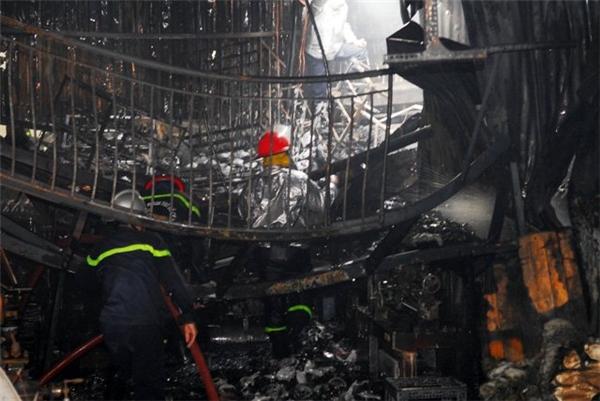 Sau gần 1 giờ, ngọn lửa được dập tắt, nhưng cơ sở gia công phụ tùng xe máy đã bị cháy rụi.