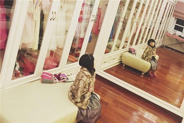 Cô béBảo Trâm(5 tuổi, Hà Nội) được mệnh danh là 'yêu nữ hàng hiệu nhí' khi sở hữutủ đồ lên tới hàng tỷ đồng. Tất cả những món đồ cô bé diện đều là hàng hiệu không thua kém gì của một 'tín đồ thời trang' thứ thiệt.