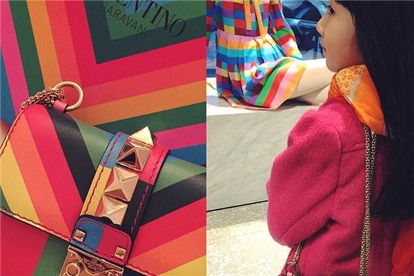 Cô bé sở hữu túi Valentino Rockstud 1973 màu cầu vồng, giá của nó là 2.065$ (khoảng 45 triệu VNĐ).