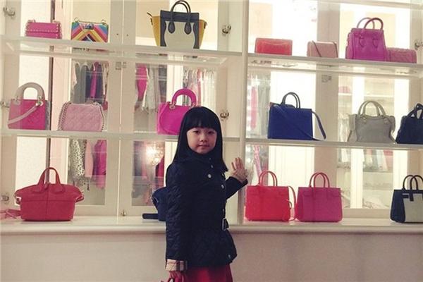 Cô bé còn sắp xếp riêng những chiếc túi được cưng chiều nhất sang những tủ khác nhau, để phân biệt và chăm chút cho dễ.