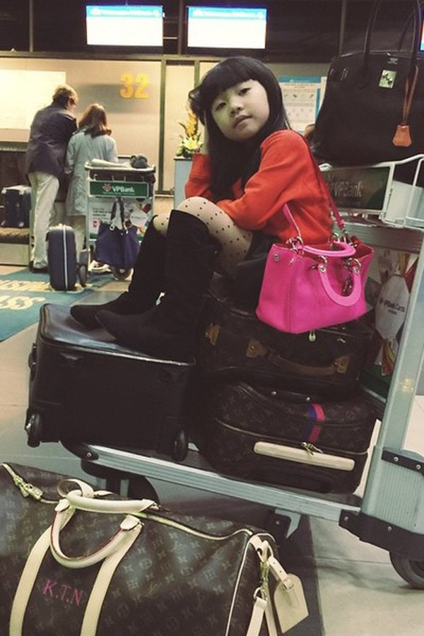 Còn đây là chiếc túi cô bé hay sử dụng. Chiếc túi Diorissimo màu hồng của thương hiệu Dior, giá của chiếc túi này là hơn 3.300$ ( khoảng 71,7 triệu VNĐ).