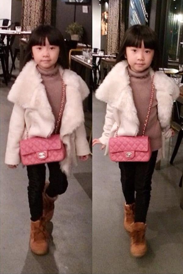 Chiếc túi này là Classic Flap size mini. Chiếc túi có giá hơn 4.200$ (khoảng 91,3 triệu VNĐ). Đếm sơ sơ, tủ đồ của cô bé Bảo Trâm cũng lên tới hàng tỷ đồng.