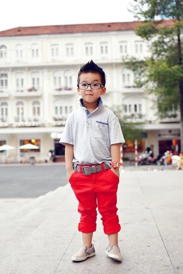Không thua kém Bảo Trâm, cậu béNguyễn Đăng Quang(6 tuổi, Hà Nội) đã thu hút nhiều 'fan' người lớn ở trên mạng vì sở hữu gu thời trang 'chất', khả năng 'diễn' trước ống kính cộng với tủ đồ toàn hàng hiệu. Áo sơ mi của cậu bé có giá hơn 100 USD (khoảng 2,2 triệu), giày hàng hiếm giá 250 - 300 USD (khoảng 6,7 triệu). Và đó chỉ là vài món trong tủ đồ chứa hàng trăm bộ quần áo giày dép hàng hiệu của Đăng Quang.