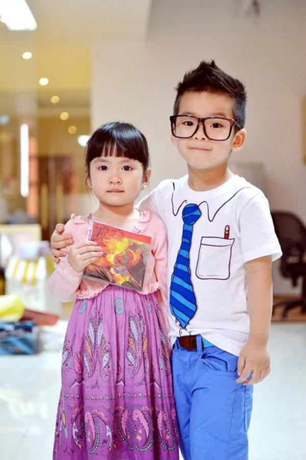 Quần áo của cậu bé thường được bố mẹ đặt mua từ Pháp, Anh, thỉnh thoảng mua ở Mỹ hoặc Hồng Kông.