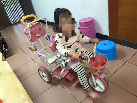 Dân mạng sốt với cô bé lái xe 3 bánh chở ve chai giúp bà