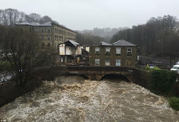 Miền Bắc nước Anh đang chìm sâu trong biển nước. Có nơi nước ngập lên đến hơn 1,8m bao gồm Manchester, Leeds và một số thành phố lân cận khác.(Ảnh: Internet)