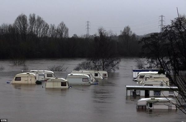 Một bãi đỗ xe chìm trong nước ở Nidd (Knaresborough, North Yorkshire). (Ảnh: Internet)