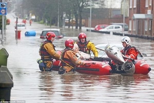 Một cụ bà được lực lượng cứu hội cứu sống ở Manchester. (Ảnh: Internet)