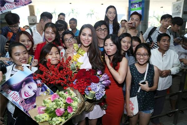 Các fan có mặt từ rất sớm để chào đón Phạm Hương trở về. - Tin sao Viet - Tin tuc sao Viet - Scandal sao Viet - Tin tuc cua Sao - Tin cua Sao