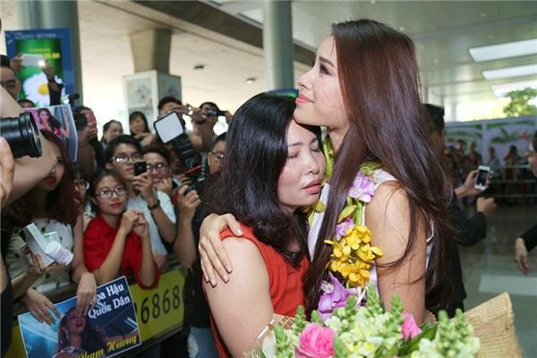 """Người hâm mộ có rất đông để chào đón sự trở về của """"Hoa hậu quốc dân"""" - Phạm Hương. - Tin sao Viet - Tin tuc sao Viet - Scandal sao Viet - Tin tuc cua Sao - Tin cua Sao"""
