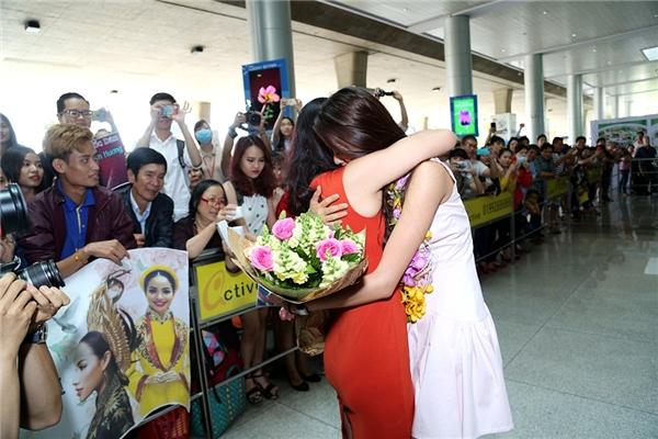 Khoảnh khắc người đẹp ôm chầm lấy mẹ trong ngày gặp lại khiến các fan nghẹn ngào, xúc động. - Tin sao Viet - Tin tuc sao Viet - Scandal sao Viet - Tin tuc cua Sao - Tin cua Sao