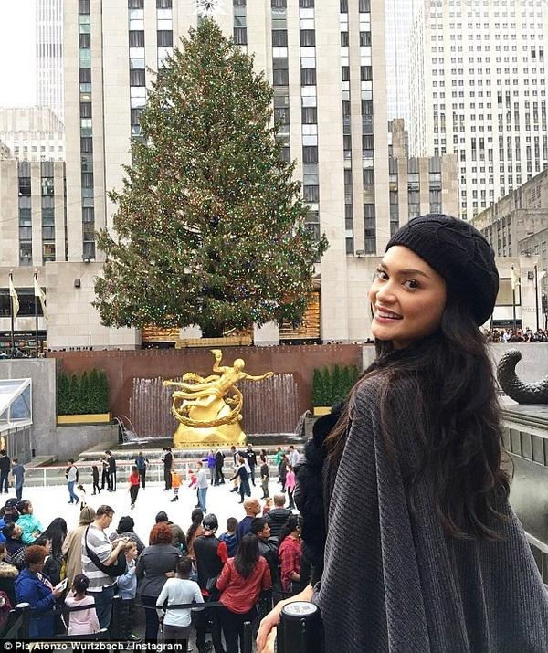 Tân Hoa hậu Hoàn vũ lộ mặt mộc nhợt nhạt xuống phố