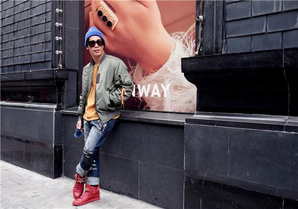 Len, nỉ, dạ luôn là những chất liệu đặc trưng và là dấu hiệu nhận biết của thời trang Thu - Đông. Thay vào sự đơn giản thường thấy, bộ trang phục này của Travis Nguyễn lại trở nên bắt mắt, thu hút hơn nhờ sự kết hợp các gam màu, chất liệu và họa tiết.