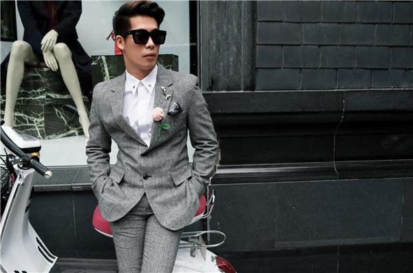 Rũ bỏ vẻ năng động thường thấy, các chàng trai sẽ trở nên lịch lãm, bảnh bao hơn với những bộ suit chỉn chu. Một bông hoa nhỏcài áo vẫn cũngđủ giúp bộ trang phục trở nên thu hút, bắt mắt hơn hẳn.