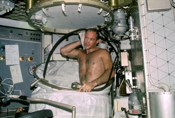 Đi tắm trên tàu vũ trụ là một ác mộng. Ảnh: Internet