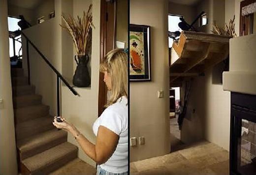 Louise Kircher (một giáo viên về hưu) - và chồng cô, anh Dennis hiện đang sinh sống tại Mesa, Arizona, Mỹ. Cả hai đã thiết kế nên căn nhà đặc biệt với chiếc cầu thang có thể đẩy lên xuống. Khi kéo lên, bên dưới là một căn phòng bí mật, trong đó lưu giữ bản sao quan tài mạ vàng chứa xác ướp. (Ảnh: Oddee)