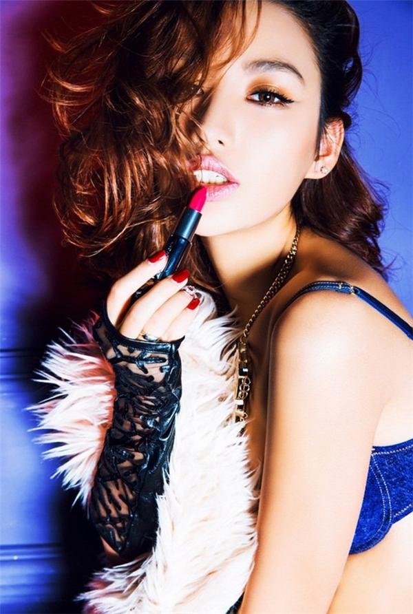 Ngay từ khi còn đi học, Nghiên Nghiên đã rất nổi tiếng và được bầu chọn là Hoa hậu giảng đường của ngôi trường giàu truyền thống nghệ thuật.