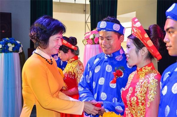 Bà Đặng Thị Kim Liên trao nhẫn cưới cho các cô dâu, chú rể. Ảnh:Đoàn Nguyên.
