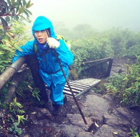 Hành trình gian nan, chị Thủy từng nghĩ đến chiếc áo mưa cũng là một gánh nặng lớn đè trên cơ thể.