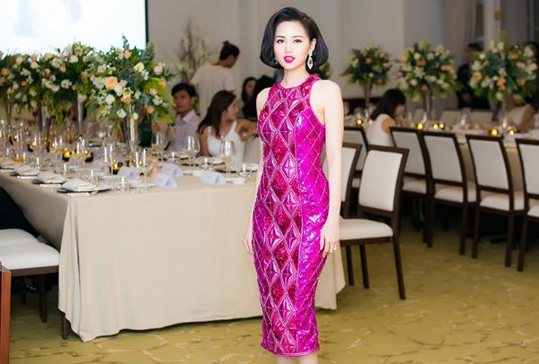 Tâm Tít ngày càng được khen ngợi bởi nhan sắc mặn mà cùng gu thời trang tinh tế, đẳng cấp. Bộ váy hồng với chất liệu ánh kim cùng những họa tiết hình học giúp Tâm Tít trông vô cùng lộng lẫy, thu hút. Thiết kế này nằm trong bộ sưu tập kết hợp giữa H&M và Balmain được các tín đồ thời trang trên toàn thế giới lùng sục.