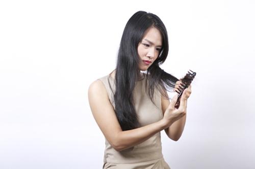 Giảm cân nhanh cũng khiến bạn rụng tóc. (Ảnh: Internet)