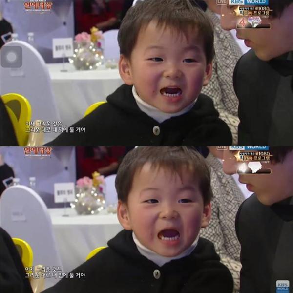 """Ba anh em nhà họ Song đáng yêu """"lạc lối"""" tại lễ trao giải"""