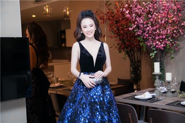 Phần váy mang gam màu xanh huyền ảo được xem như điểm nhấn của bộ trang phục. - Tin sao Viet - Tin tuc sao Viet - Scandal sao Viet - Tin tuc cua Sao - Tin cua Sao