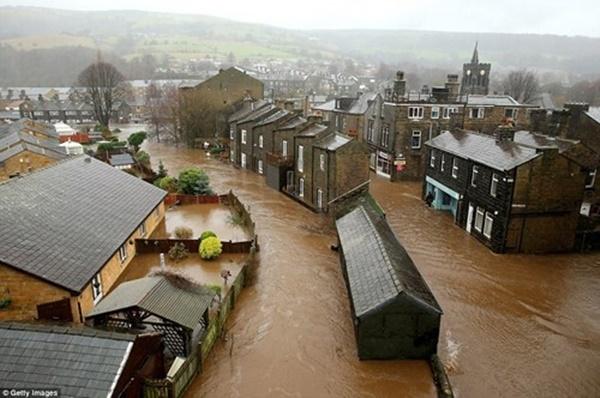 Hàng loạt nhà cửa, đường xá, công trình công cộng bị chìm trong biển lũ. Lệnh sơ tán đã được thông báo rộng rãi trên toàn nước Anh.Một số thị trấn ở Lancashire, Greater Manchester và Yorkshire thậm chí đã ngừng mọi hoạt động.(Ảnh: Internet)