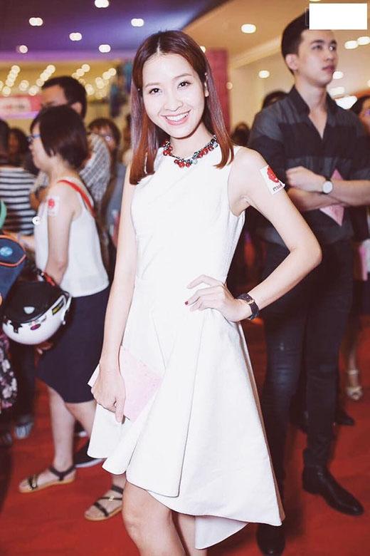 Kim Nhã dịu dàng và nữ tính trong kiểu đầm trắng thiết kế đơn giản, kèm theo phụ kiện dây chuyền màu sắc đỏ nổi bật.