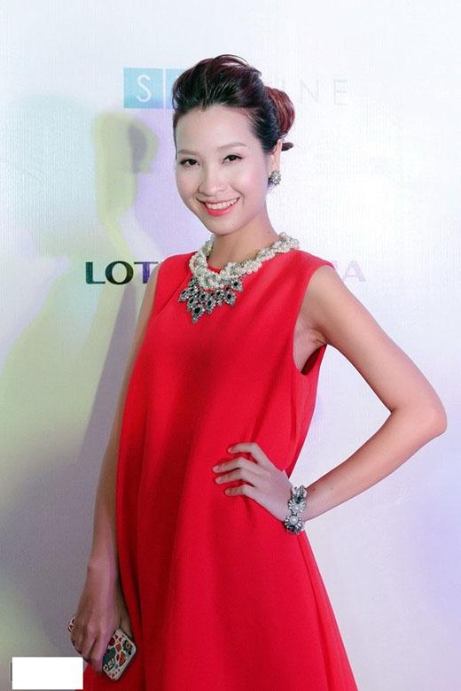 Kim Nhã diện bộ váy trơn màu đỏ bắt mắt, cùng những phụ kiện như vòng đeo tay, dây chuyền ngọc trai sang trọng khi dự họp báo ra mắt phim 12 Chòm sao – Vẽ đường cho yêu chạy.